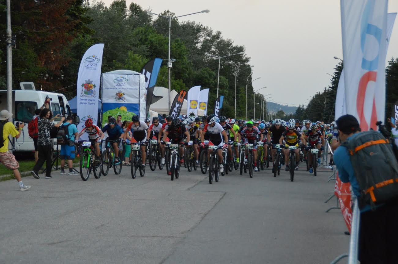 3209fd3521e Участниците на колела внасят още повече емоция в състезанието. За мнозина,  които са смятали, че няма как да изминат разстоянието от 100 км бягайки или  ...